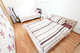 Спальня. Черногория, Будва : Современный апартамент с отдельной спальней, с балконом с видом на море