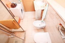 Ванная комната. Черногория, Будва : Современный апартамент с отдельной спальней, с балконом с видом на море