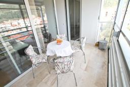 Балкон. Черногория, Будва : Современный апартамент с отдельной спальней, с балконом с видом на море