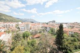 Вид на море. Черногория, Будва : Современный апартамент с отдельной спальней, с балконом с видом на море