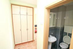 Коридор. Продается квартира в Дженовичи. 33м2, гостиная, 1 спальня, балкон с видом на море, 20 метров до пляжа, цена - 83'000 Евро. в Дженовичи