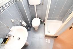 Ванная комната. Продается квартира в Дженовичи. 33м2, гостиная, 1 спальня, балкон с видом на море, 20 метров до пляжа, цена - 83'000 Евро. в Дженовичи