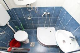 Ванная комната. Продается квартира-студия в Герцег-Нови, Мельине. 23м2, балкон с видом на море, 80 метров до пляжа, цена - 41'400 Евро. в Мельине