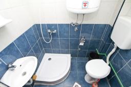 Ванная комната. Продается квартира-студия в Герцег-Нови, Мельине. 24м2, балкон с видом на море, 80 метров до пляжа, цена - 43'200 Евро. в Мельине
