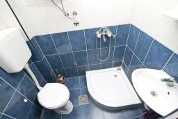 Ванная комната. Продается квартира-студия в Герцег-Нови, Мельине. 34м2, балкон с видом на море, 80 метров до пляжа, цена - 61'200 Евро. в Мельине