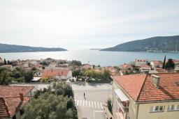 Вид на море. Продается квартира в Герцег-Нови, Дубрава. 71м2, гостиная, 2 спальни, большой балкон с шикарным видом на море, 300 метров до пляжа, цена - 83'000 Евро. в Герцег Нови