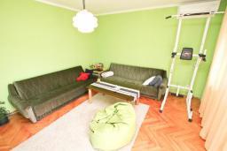 Гостиная. Продается квартира в Герцег-Нови, Дубрава. 71м2, гостиная, 2 спальни, большой балкон с шикарным видом на море, 300 метров до пляжа, цена - 83'000 Евро. в Герцег Нови