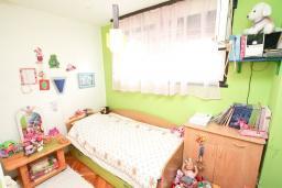 Спальня. Продается квартира в Герцег-Нови, Дубрава. 71м2, гостиная, 2 спальни, большой балкон с шикарным видом на море, 300 метров до пляжа, цена - 83'000 Евро. в Герцег Нови