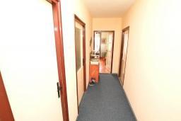 Коридор. Продается квартира в Герцег-Нови, Дубрава. 71м2, гостиная, 2 спальни, большой балкон с шикарным видом на море, 300 метров до пляжа, цена - 83'000 Евро. в Герцег Нови