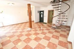Гостиная. Продается дуплекс в Герцег-Нови, Топла. 98м2, большая гостиная, 3 спальни, 2 ванные комнаты, балкон с видом на море, 100 метров до пляжа, цена - 343'000 Евро. в Герцег Нови