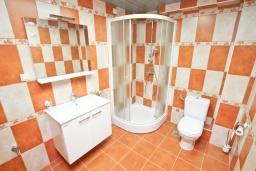 Ванная комната. Продается дуплекс в Герцег-Нови, Топла. 98м2, большая гостиная, 3 спальни, 2 ванные комнаты, балкон с видом на море, 100 метров до пляжа, цена - 343'000 Евро. в Герцег Нови
