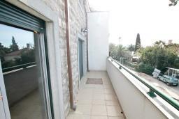 Балкон. Продается дуплекс в Герцег-Нови, Топла. 98м2, большая гостиная, 3 спальни, 2 ванные комнаты, балкон с видом на море, 100 метров до пляжа, цена - 343'000 Евро. в Герцег Нови