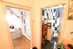 Коридор. Продается квартира в Зеленике. 40м2, гостиная, спальня, 20 метров до моря, цена - 80'000 Евро. в Зеленике