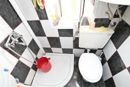 Ванная комната. Продается квартира в Зеленике. 40м2, гостиная, спальня, 20 метров до моря, цена - 80'000 Евро. в Зеленике