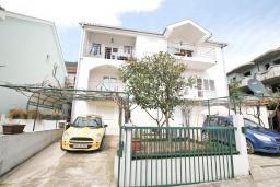 Фасад дома. Продается дом в Герцег-Нови, Дженовичи. 292м2, участок 423м2, 3 гостиные, 6 спален, 5 ванных комнат, терраса, 4 балкона, 70 метров до моря, цена - 675'000 Евро.  в Дженовичи