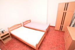 Спальня. Продается дом в Герцег-Нови, Дженовичи. 292м2, участок 423м2, 3 гостиные, 6 спален, 5 ванных комнат, терраса, 4 балкона, 70 метров до моря, цена - 675'000 Евро.  в Дженовичи