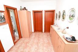 Коридор. Продается дом в Герцег-Нови, Дженовичи. 292м2, участок 423м2, 3 гостиные, 6 спален, 5 ванных комнат, терраса, 4 балкона, 70 метров до моря, цена - 675'000 Евро.  в Дженовичи