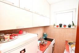 Кухня. Продается дом в Герцег-Нови, Дженовичи. 292м2, участок 423м2, 3 гостиные, 6 спален, 5 ванных комнат, терраса, 4 балкона, 70 метров до моря, цена - 675'000 Евро.  в Дженовичи