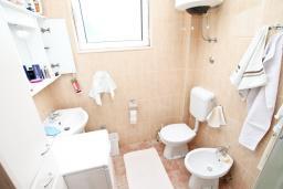 Ванная комната 2. Продается дом в Герцег-Нови, Дженовичи. 292м2, участок 423м2, 3 гостиные, 6 спален, 5 ванных комнат, терраса, 4 балкона, 70 метров до моря, цена - 675'000 Евро.  в Дженовичи