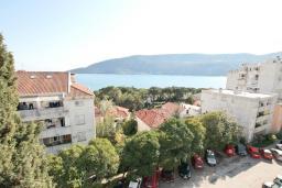 Вид на море. СРОЧНО! Продается квартира в многоэтажном доме в Герцег-Нови, Топла. 40м2, гостиная, спальня, балкон с видом на море, 150 метров до пляжа, цена - 60'000 Евро. в Герцег Нови