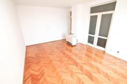 Гостиная. СРОЧНО! Продается квартира в многоэтажном доме в Герцег-Нови, Топла. 40м2, гостиная, спальня, балкон с видом на море, 150 метров до пляжа, цена - 60'000 Евро. в Герцег Нови