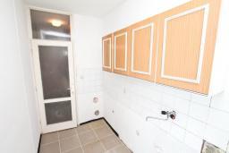Кухня. СРОЧНО! Продается квартира в многоэтажном доме в Герцег-Нови, Топла. 40м2, гостиная, спальня, балкон с видом на море, 150 метров до пляжа, цена - 60'000 Евро. в Герцег Нови