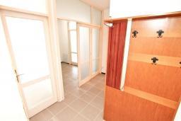 Коридор. СРОЧНО! Продается квартира в многоэтажном доме в Герцег-Нови, Топла. 40м2, гостиная, спальня, балкон с видом на море, 150 метров до пляжа, цена - 60'000 Евро. в Герцег Нови