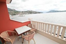 Вид на море. Черногория, Игало : Современный апартамент с отдельной спальней, с большим балконом с шикарным видом на море, возле пляжа
