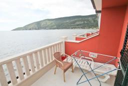 Балкон. Черногория, Игало : Современный апартамент с отдельной спальней, с большим балконом с шикарным видом на море, возле пляжа
