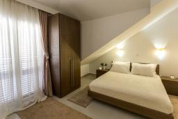 Спальня. Черногория, Игало : Современный апартамент с отдельной спальней, с большим балконом с шикарным видом на море, возле пляжа