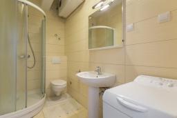 Ванная комната. Черногория, Игало : Современный апартамент с отдельной спальней, с большим балконом с шикарным видом на море, возле пляжа
