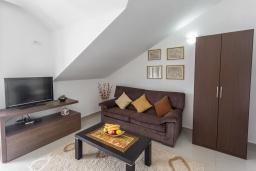 Гостиная. Черногория, Игало : Современный апартамент с отдельной спальней, с большим балконом с шикарным видом на море, возле пляжа