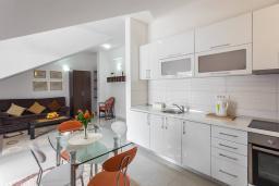 Кухня. Черногория, Игало : Современный апартамент с отдельной спальней, с большим балконом с шикарным видом на море, возле пляжа