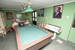 Спальня. Продается 3-х этажный дом в Будве. 491м2, гостиная, 7 спален, 5 ванных комнат, большой двор, 350 метров до моря, цена - 850'000 Евро. в Будве
