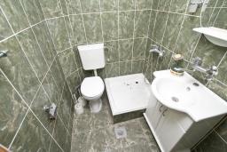 Ванная комната. Продается 3-х этажный дом в Будве. 491м2, гостиная, 7 спален, 5 ванных комнат, большой двор, 350 метров до моря, цена - 850'000 Евро. в Будве