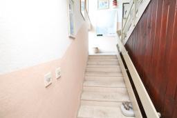 Коридор. Продается 3-х этажный дом в Будве. 491м2, гостиная, 7 спален, 5 ванных комнат, большой двор, 350 метров до моря, цена - 850'000 Евро. в Будве