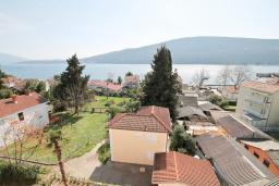 Вид на море. Продается дуплекс в Герцег-Нови, Дженовичи. 170м2, 2 большие гостиные, 3 спальни, 2 ванные комнаты, 3 балкона с шикарным видом на море, 70 метров до пляжа, цена - 442'000 Евро.  в Дженовичи