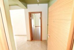 Вход. Продается дуплекс в Герцег-Нови, Дженовичи. 170м2, 2 большие гостиные, 3 спальни, 2 ванные комнаты, 3 балкона с шикарным видом на море, 70 метров до пляжа, цена - 442'000 Евро.  в Дженовичи