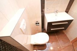 Ванная комната. Продается дуплекс в Герцег-Нови, Дженовичи. 170м2, 2 большие гостиные, 3 спальни, 2 ванные комнаты, 3 балкона с шикарным видом на море, 70 метров до пляжа, цена - 442'000 Евро.  в Дженовичи