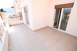 Балкон. Продается квартира в Герцег-Нови, Дженовичи. 48м2, гостиная, спальня, большой балкон с видом на море, 70 метров до пляжа, цена - 105'600 Евро.  в Дженовичи