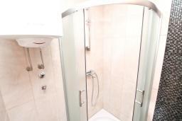 Ванная комната. Продается квартира в Герцег-Нови, Дженовичи. 52м2, гостиная, спальня, 2 балкона с видом на море, 70 метров до пляжа, цена - 124'800 Евро.  в Дженовичи