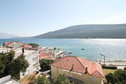 Вид на море. Продается квартира в Герцег-Нови, Дженовичи. 95м2, большая гостиная, 2 спальни, 4 балкона с шикарным видом на море, 20 метров до пляжа, цена - 285'000 Евро. в Дженовичи