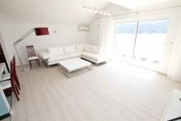 Гостиная. Продается квартира в Герцег-Нови, Дженовичи. 95м2, большая гостиная, 2 спальни, 4 балкона с шикарным видом на море, 20 метров до пляжа, цена - 285'000 Евро. в Дженовичи