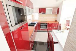 Кухня. Продается квартира в Герцег-Нови, Дженовичи. 95м2, большая гостиная, 2 спальни, 4 балкона с шикарным видом на море, 20 метров до пляжа, цена - 285'000 Евро. в Дженовичи