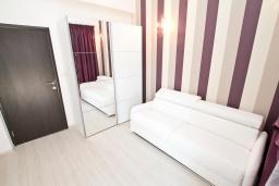 Спальня. Продается квартира в Герцег-Нови, Дженовичи. 95м2, большая гостиная, 2 спальни, 4 балкона с шикарным видом на море, 20 метров до пляжа, цена - 285'000 Евро. в Дженовичи