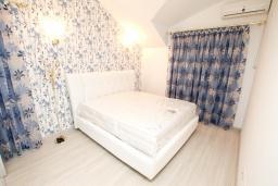 Спальня 2. Продается квартира в Герцег-Нови, Дженовичи. 95м2, большая гостиная, 2 спальни, 4 балкона с шикарным видом на море, 20 метров до пляжа, цена - 285'000 Евро. в Дженовичи