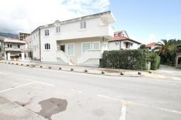 Фасад дома. Продается дом в Игало, Институт. 236м2, 11 спален, 8 ванных комнат, гараж 35м2, двор 50м2, 60 метров до моря, цена - 900'000 Евро. в Игало