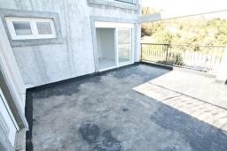 Балкон. Продается недостроенный 3-х этажный дом в Жвинье. 260м2, участок 300м2, большая гостиная, 4 спальни, 2 ванные комнаты, терраса и два больших балкона с шикарным, панорамным видом на море, 2 км до пляжа, цена - 380'000 Евро. в Герцег Нови