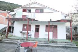 Фасад дома. Продается 2-х этажный дом в Игало, Суторина. 300м2, гостиная, 6 спален, 5 ванных комнат, 300м2 земельный участок, большая бетонная терраса, 4 парковочных места, 100 метров до моря, цена - 450'000 Евро. в Игало