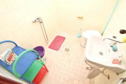 Ванная комната. Продается 2-х этажный дом в Игало, Суторина. 300м2, гостиная, 6 спален, 5 ванных комнат, 300м2 земельный участок, большая бетонная терраса, 4 парковочных места, 100 метров до моря, цена - 450'000 Евро. в Игало